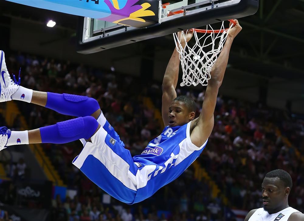 FOTO – Incredibile in NBA, si gioca Golden State-Memphis, ma spunta una maglia del Napoli
