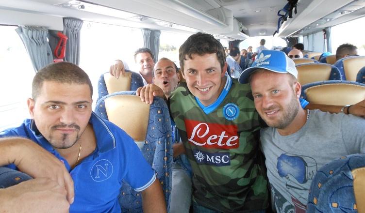 Il bus del Club Napoli Udine preso d'assalto in autogrill
