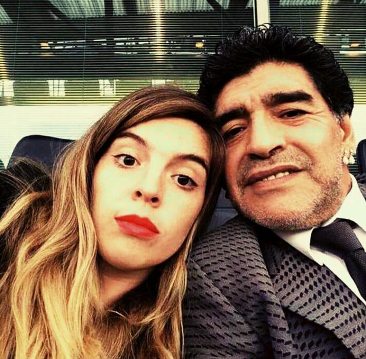 """Maradona, la figlia scrive una lettera e umilia Dani Alves: """"Paragoni da ignoranti, ti spiego chi è mio padre"""""""