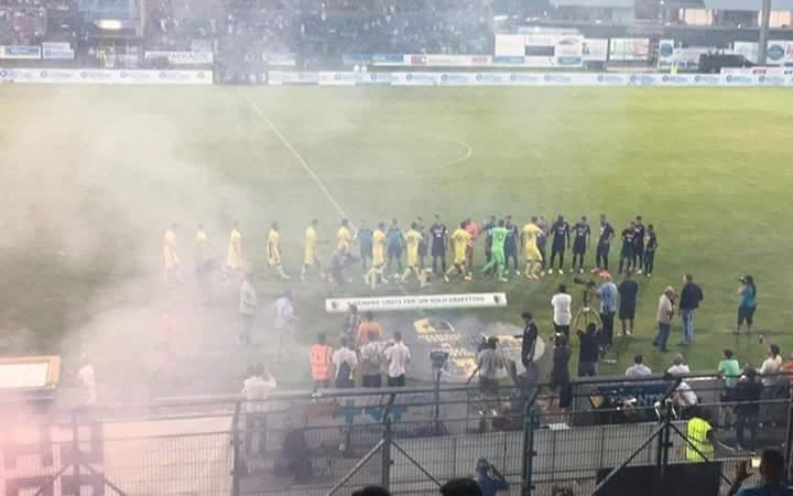FOTO – Trento, gesto vergognoso degli ultras Napoli: carica al cancello per entrare senza biglietto. E striscione…