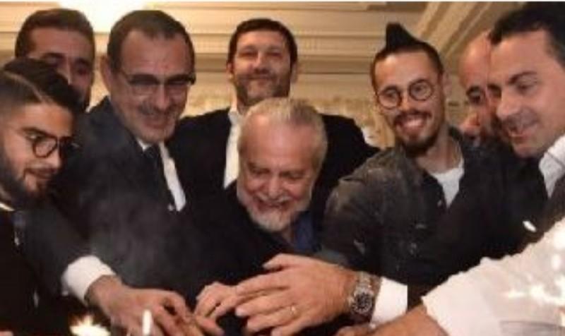 FOTO – Napoli, cena di fine anno termina con una spettacolare torta gigante: la tagliano De Laurentiis, Sarri…