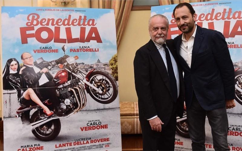 FOTO – De Laurentiis e gli azzurri al cinema per il film 'Benedetta follia': lo scatto dal The Space