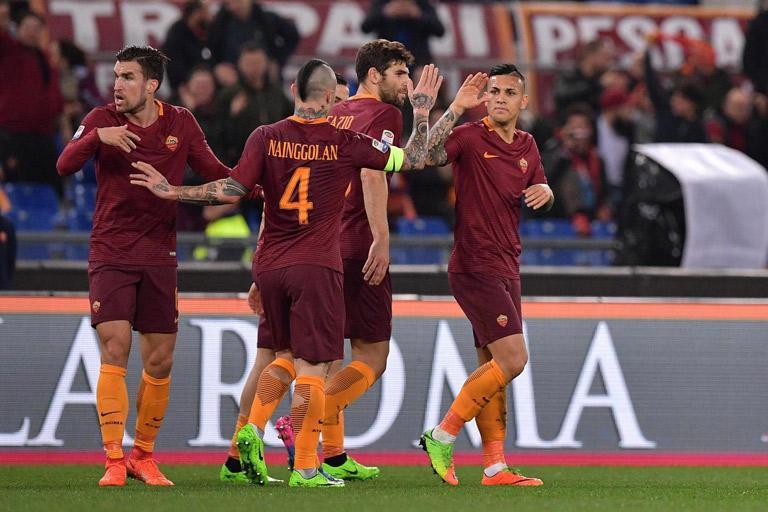 LIVERPOOL-ROMA – I tifosi giallorossi espongono uno striscione orribile!