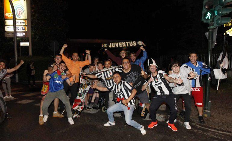 FOTO – Ex calciatore del Napoli fa una foto con tifosi della Juventus. I social si scatenano