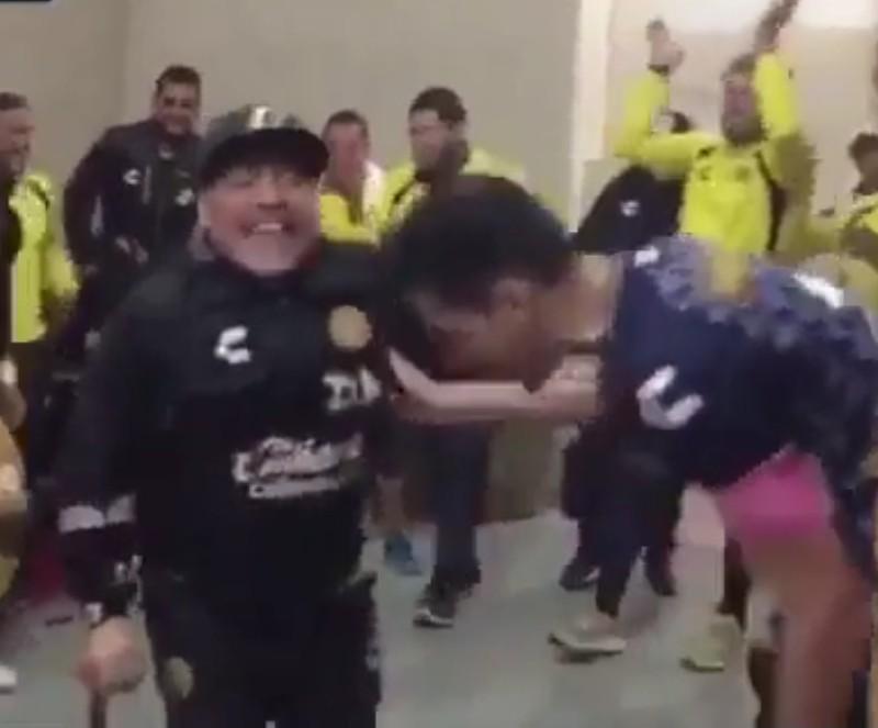 VIDEO – Mitico Maradona: nonostante le stampelle festeggia ballando la vittoria dei Dorados