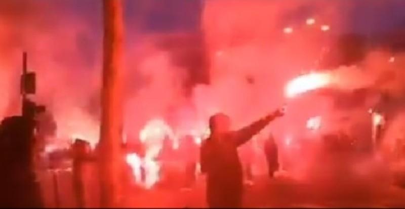 VIDEO – Spettacolo, gemellaggio Napoli-PSG: gli ultras cantano insieme!