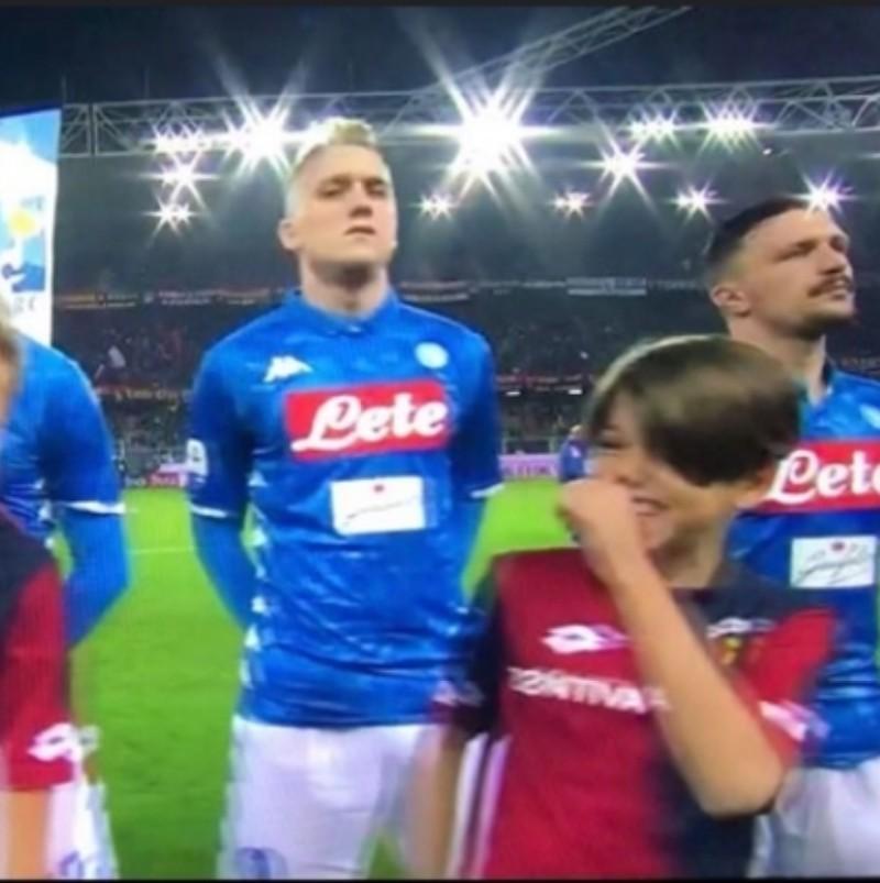 FOTO – Genoa-Napoli, siparietto a bordo campo: un bambino replica il gesto di Mourinho verso la telecamera!