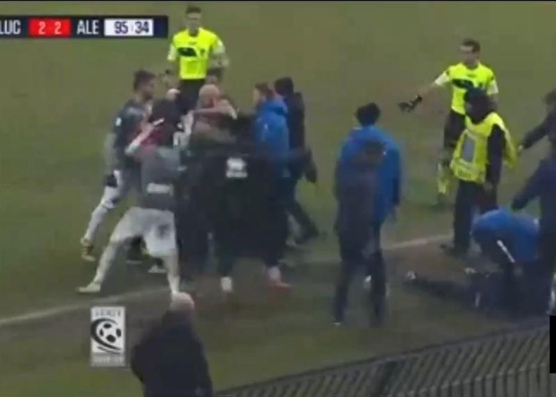 VIDEO – Altro che calcio! Follia dopo Alessandria-Lucchese: rissa furibonda. Il video fa il giro del mondo!