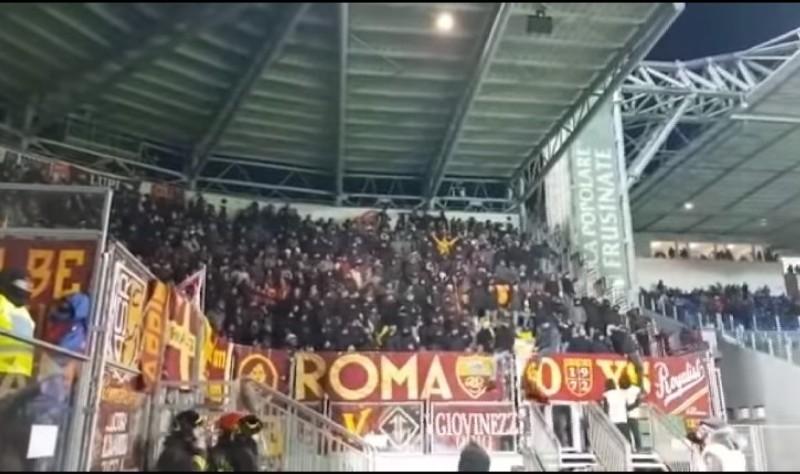 """VIDEO – Vergognoso! """"Vesuvio erutta, tutta Napoli è distrutta!"""". Il coro dei tifosi della Roma a Frosinone"""