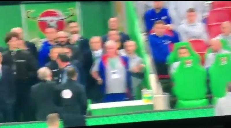 VIDEO – Chelsea, Sarri fuori di se si strappa i vestiti: Kepa si rifiuta di uscire con i crampi prima dei rigori contro il City