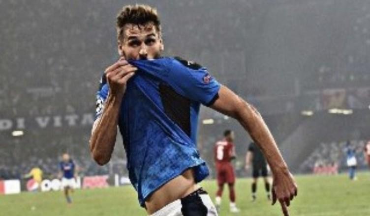 Llorente bacia la maglia del Napoli, i tifosi della Juventus non la prendono bene