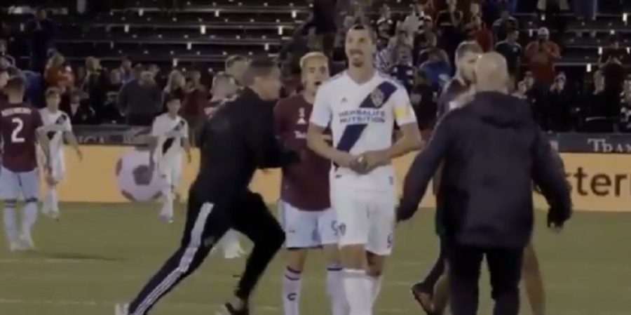 VIDEO – La reazione di Ibrahimovic all'invasione di campo