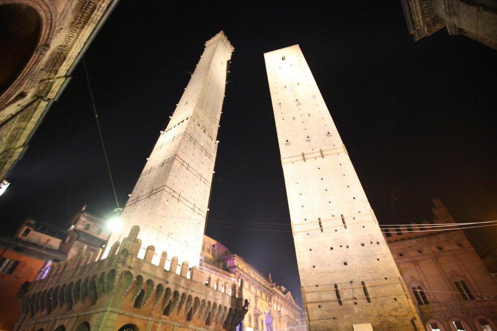 Bologna batte Napoli e festeggia la vittoria illuminando la Torre degli Asinelli