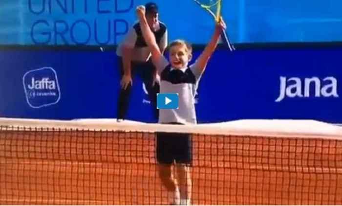 VIDEO – Bambino strappa un punto a Djokovic
