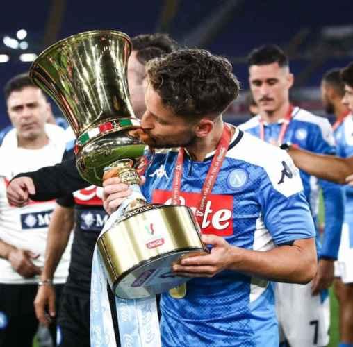 Dries Mertens sempre più idolo dei tifosi. I napoletani gli dedicano uno striscione [FOTO]