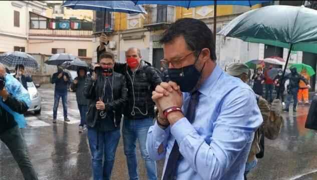 VIDEO – Salvini omaggia il poliziotto Apicella, fischi e insulti dai napoletani