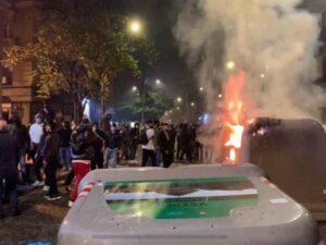 Napoli, il bilancio della notte di violenza. Feriti tra le forze dell'ordine