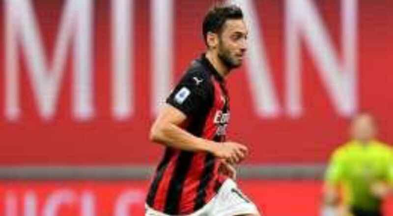 Calhanoglu in scadenza col Milan: trattativa Napoli a fari spenti, le cifre