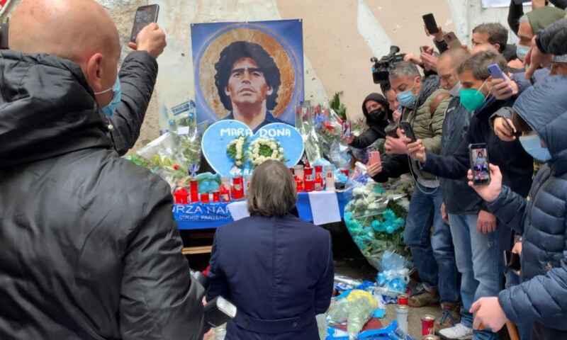 Bruno Conti inginocchiato dinnanzi al murales di Maradona