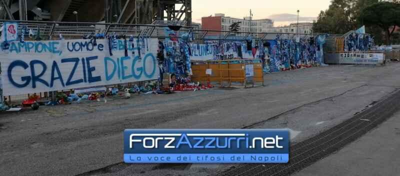 FOTO – Cimeli ed emozioni appese ai cancelli dello Stadio Diego Armando Maradona