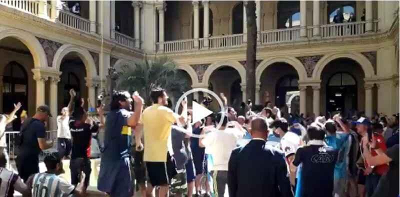 VIDEO- Tifosi avversari rendono omaggio alla salma di Maradona