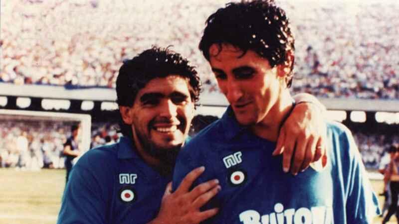 """De Napoli, Maradona: """"Vorrei essere con lui, è una persona buona e non merita tutto questo"""""""