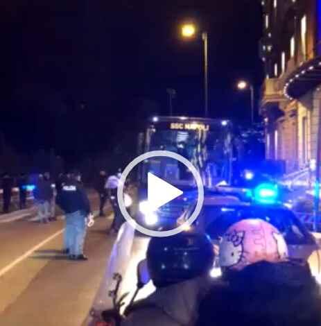 Napoli, l'arrivo del bus in albergo [VIDEO]