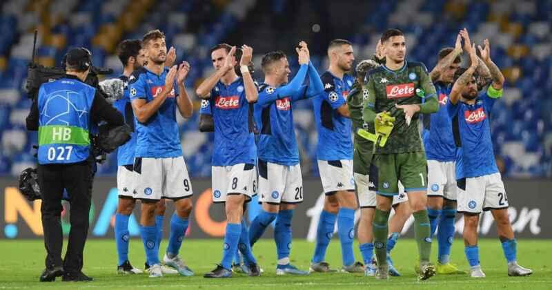 """Napoli, un gruppo di tifosi incita la squadra: """"Non molliamo"""""""