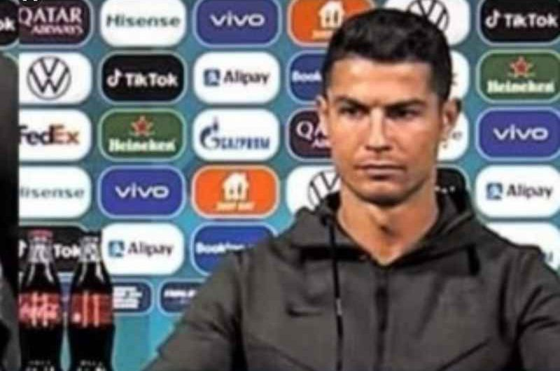 """FOTO – Cristiano Ronaldo contro Coca Cola:  """"Bevete acqua"""""""