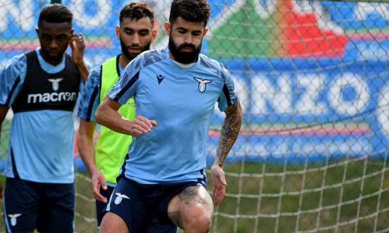 Lazio: striscione vergognoso degli Ultras contro Hysaj, sui social parte l'hashtag in sua difesa