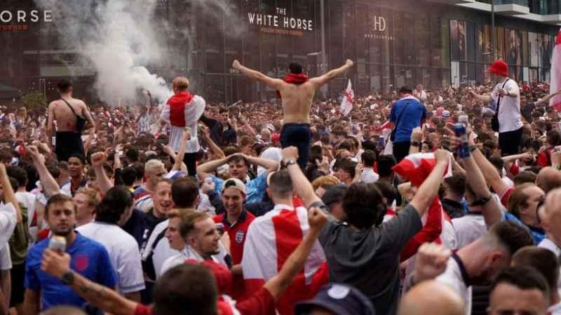 Euro 2020, vergogna tifosi inglesi: sputi, calci e tagli alla bandiera italiana