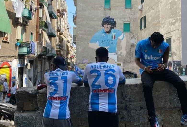 VIDEO – Il rapper francese Tiakola a Napoli per un nuovo brano: videoclip in cui rende omaggio a Maradona